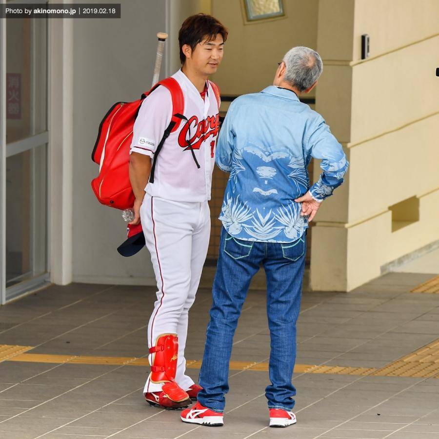 岡田明丈投手に話を聞く久米宏さん