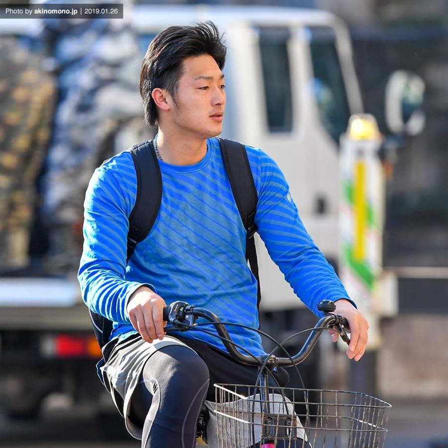 自転車で球場入りする床田