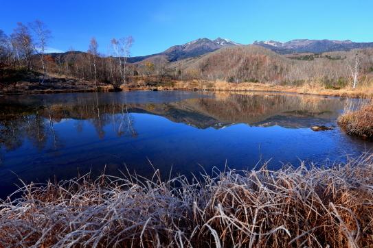 凍てつく湖面に映える乗鞍岳