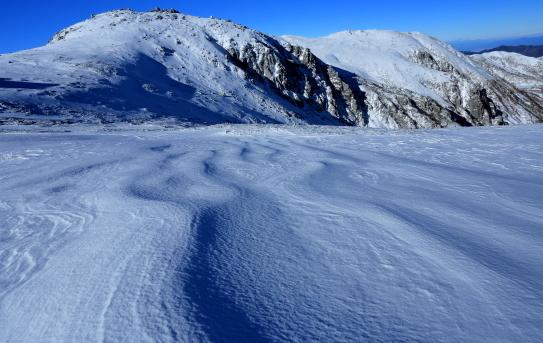 純白の優しい柔肌の西駒ヶ岳