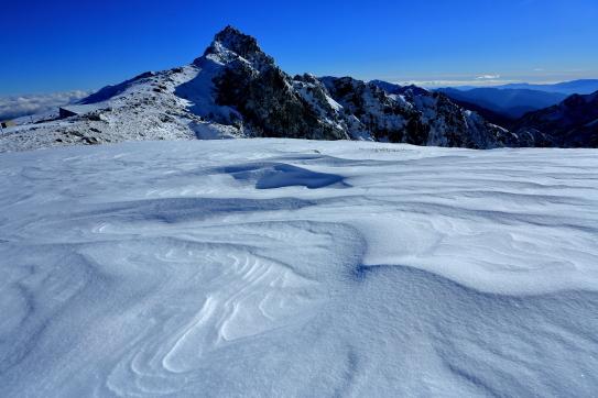 雪の波濤に浮かぶ鋭鋒・宝剣岳