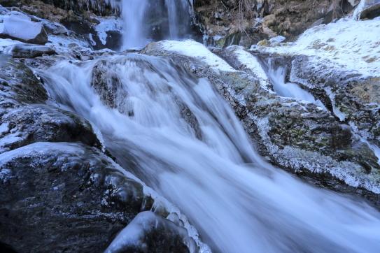 凍て付く御岳山中の滝と渓流