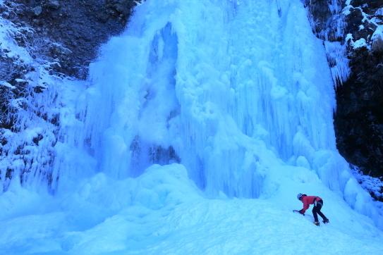 凍て付く善五郎滝