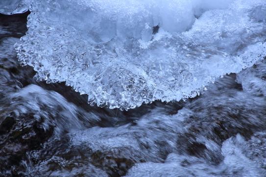 凍て付く渓流