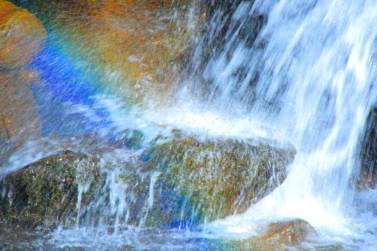 五色に輝く飛沫の吐竜滝