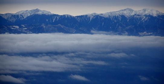 雲海に浮かぶ塩見岳と荒川岳