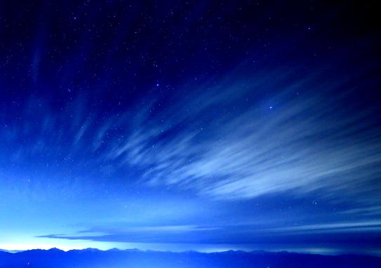 南アルプスと雲流れる星空
