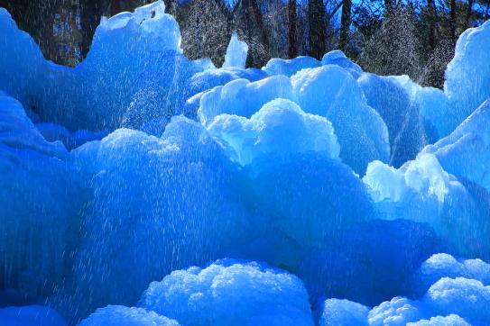 飛沫飛び散る氷点下の森