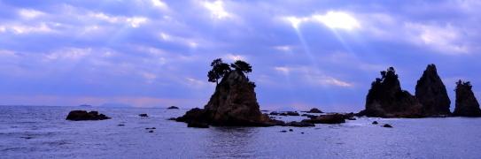 伊豆半島下田の岩礁に光芒射し込む