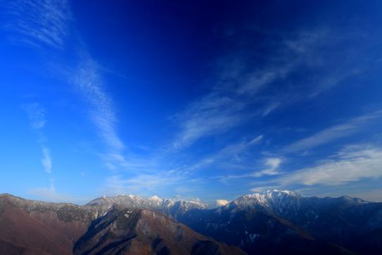 冠雪の仙丈ヶ岳と東駒ヶ岳を彩る雲