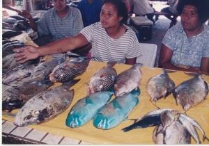魚市場で売られているカラフルな魚