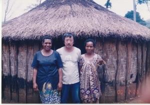 彼の母と妹と一緒に