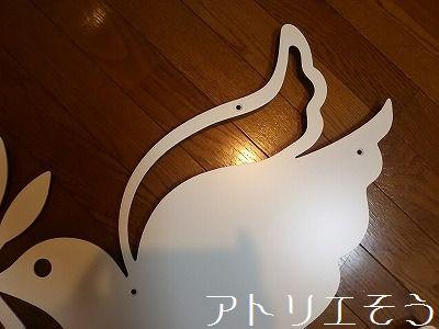 アトリエそうオーダーメイドデザイン妻飾り。鳩がオリーブの葉を加えている幸せの象徴のロートアイアン風アルミ製妻飾りです。W600mmで白塗装で製作した写真です。