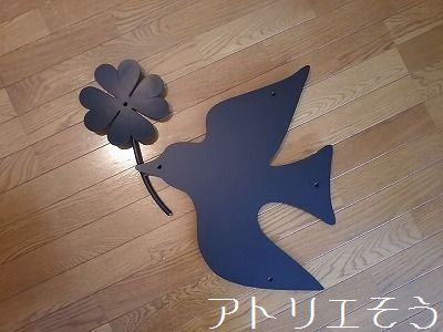 アトリエそうオーダーメイドデザイン制作の素敵な妻飾りです。四葉のクローバーを運ぶ鳥をイメージしたロートアイアン風アルミ製妻飾りです。