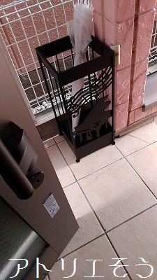 アトリエそうオーダーメイドデザインのステンレス製傘立てです。ロートアイアン風ステンレス製ピアノと音符のモチーフの傘立ての設置写真