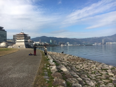 打出浜湖岸から島の関、大津港方面を眺める