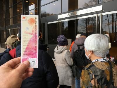 入場整理券をもらって行列の前の方に並びました。行列は短めです