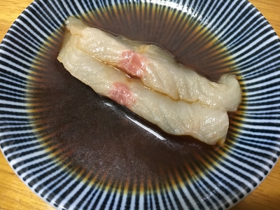 イワナの刺身を醤油に漬けると油膜がサッと拡がります