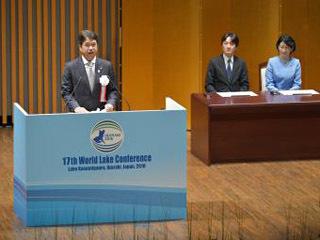 第17回世界湖沼会議の開会式であいさつする実行委員会長の大井川和彦茨城県知事