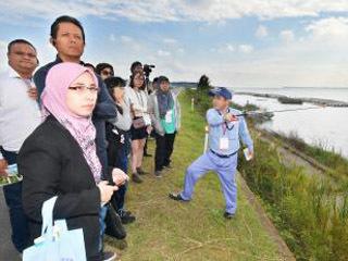 霞ケ浦を視察する世界湖沼会議参加の研究者ら