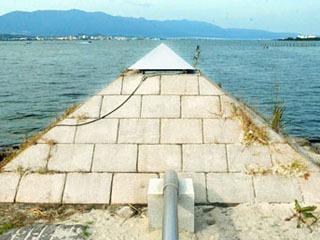 烏丸半島の先端近くに設置されたピラミッド状のモニュメント