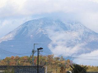 平年より7日遅い初冠雪が観測された伊吹山