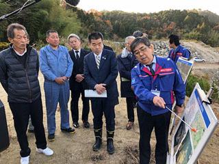 大戸川ダム建設による水没予定地で説明を受ける三日月知事ら