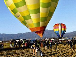 フリーフライトに離陸する熱気球