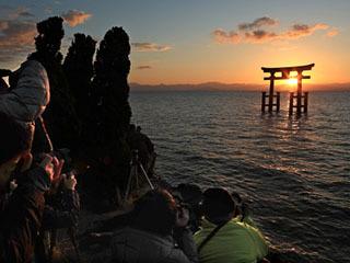 白髭神社付近の湖岸で日の出を撮影する人達