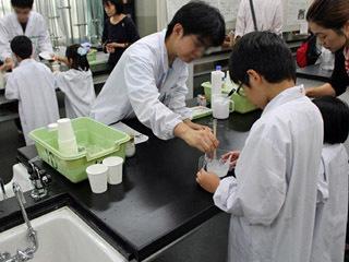 高輪中学校・高等学校文化祭の理科研究部展示