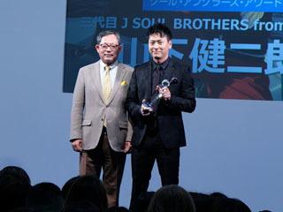 クールアングラーズアワード2019を受賞した山下健二郎と日本釣用品工業会の大村一仁副会長