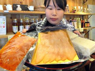黒壁AMISHなどで発売されるバスの辛味噌漬けと燻製、蒲鉾