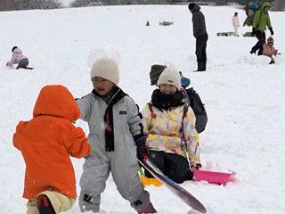 約20cmの積雪になったマキノスキー場のゲレンデで雪遊びするファミリー