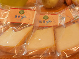 ふなずしの飯を再発酵させた液をチーズ表面に染みこませた「琵琶のトト」