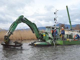 滋賀県がオオバナミズキンバイ刈り取りのために試験導入した多機能小型船ウォーターマスター