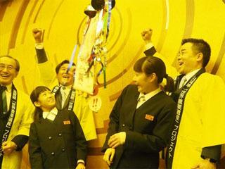琵琶湖システムの日本農業遺産認定を喜ぶ三日月知事ら
