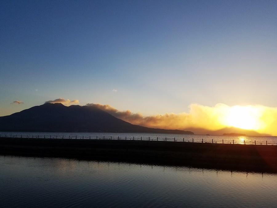 噴煙と朝日1