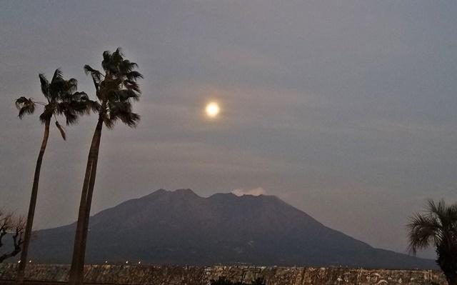 月と桜島2