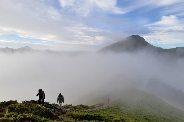 霧にむせぶ頂