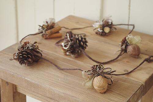 木の実で作ったナチュラルなクリスマスガーランド