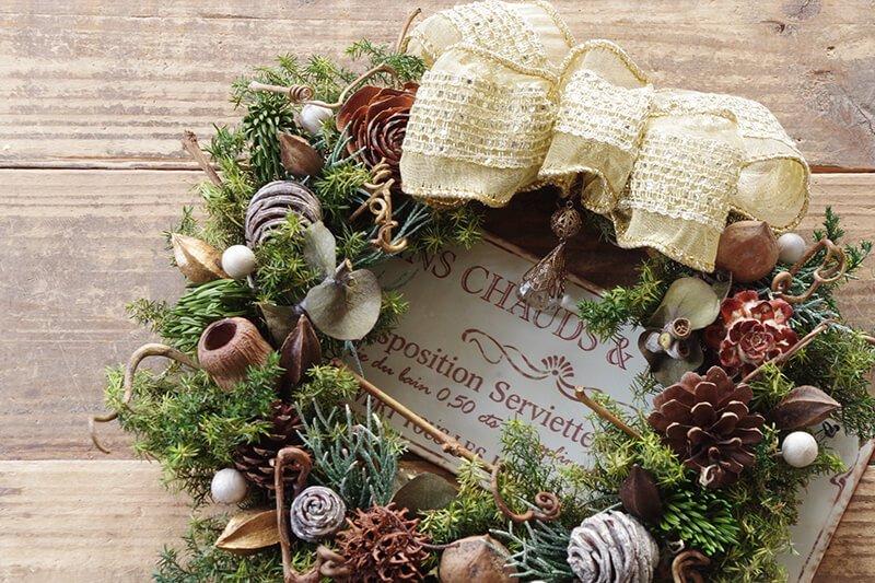 ナチュラルな木の実のクリスマスリースをゴールドのリボンでちょっぴりゴージャスに♪