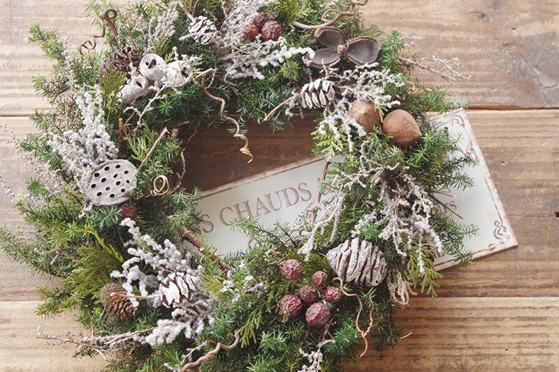 ヒメグルミとバラの実のナチュラルなクリスマスリース♪