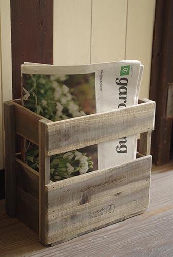 英字新聞が入ったアンティーク風の木箱