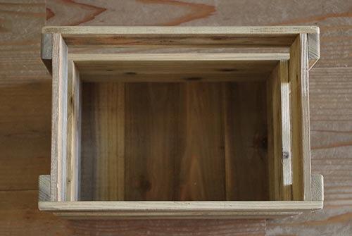 上からみたラスティックな木箱