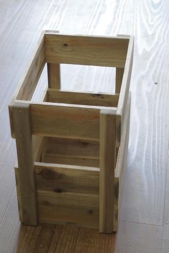 横からみたりんご箱風と木製ストッカー