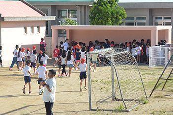 7安全集会の訓練で運動場に設置された避難所に走り込む児童たち854f21ec22dc690dbea65a6c165e493