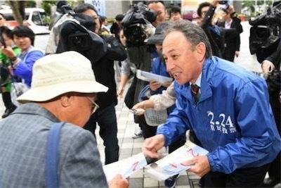 街頭でチラシを配り、県民投票への参加を呼び掛ける玉城デニー知事50331c076840301b4db6c4ec480e5acb