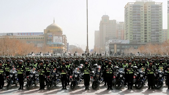 新疆ウイグル自治区ホータンで中国警察が示威行動=2月27日 .STR.AFP.Getty Images