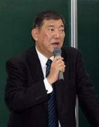 石破茂「独立国だった韓国を併合し、朝鮮人の名字を変えた。その歴史を認識すべき」・無知丸出し 早大生らを前に、未来の日本づくりについて思いを語る自民党の石破茂元幹事長=30日夜、東京都新宿区