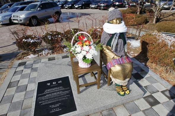 江陵に設置された平和の少女像=江陵市庁提供 秩父市は、売春婦像が設置されている姉妹都市の韓国・江陵市との職員相互派遣を中止に!